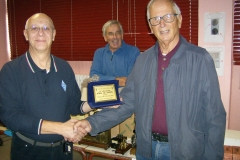 Il Presidente della Sezione A.R.I. di Milano Nicolò IK2MPR consegna il premio di miglior espositore  di Föra la Fuffa 2019