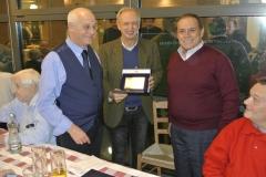 Premiazione con targa a Enzo Bellavitis I2WJD
